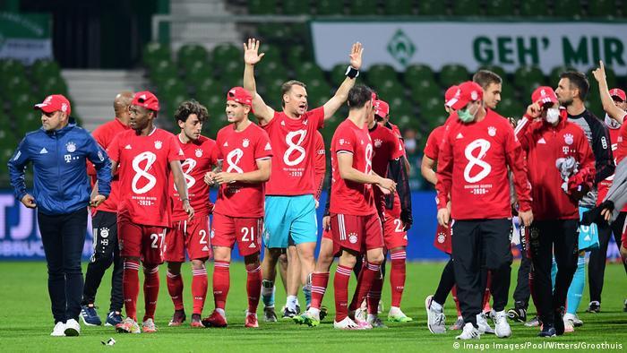 لاعبو بايرن ميونيخ يحتفلون بإحرازهم لقب الدوري الألماني للمرة الثامنة على التوالي