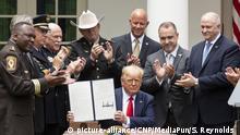 USA Trump unterschreibt Ausführungsverordnung zur sicheren Polizeiarbeit
