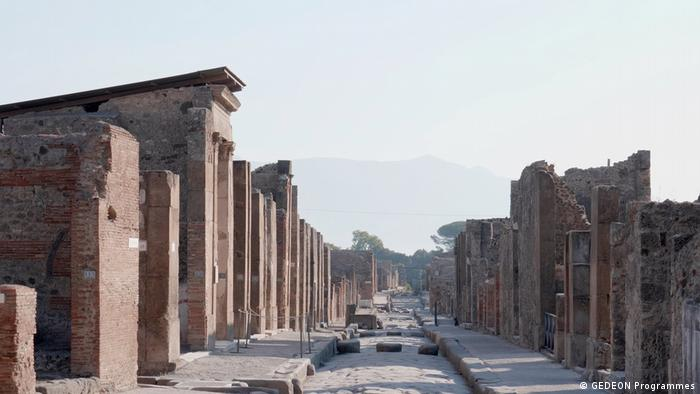 Gracias a Plinio el Joven se sabe de los últimos días de Pompeya. A petición del historiador Tácito, el sobrino de uno de los habitantes de Pompeya describe lo que le dijo su tío moribundo.