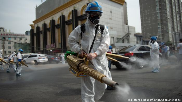 Coronavirus | China Peking Großmarkt von Yuegezhuang Desinfektion-Team