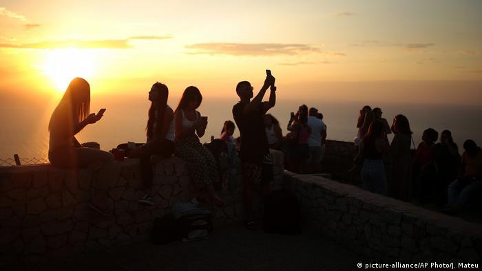 BdTD Palma de Mallorca Touristen bei Sonnenuntergang (picture-alliance/AP Photo/J. Mateu)