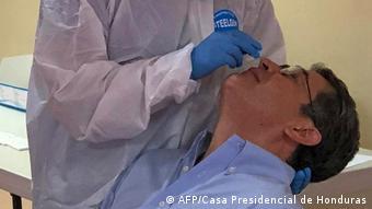 Foto de presidente Juan Orlando Hernández en test de COVID-19
