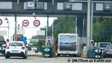 2 - Einsames deutsches Wohnmobil an einer Mautstelle bei Belfort Obwohl Frankreich Anfang der Woche seine Grenze für deutsche und andere EU-Touristen geöffnet hat, haben sich nur vergleichsweise wenige Touristen auf den Weg in das beliebte Urlaubsland gemacht. Auch im Süden des Landes, in der Region Languedoc-Roussillon, begegnet man bislang nur vereinzelten deutschen Urlaubern. Jetzt hoffen die französischen Gastgeber auf das Sommergeschäft.