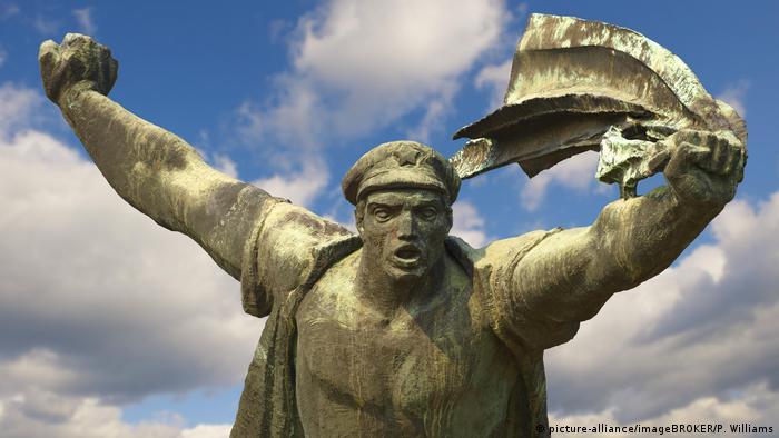 Monumentale Skulptur eines muskulösen, entschlossenen Mannes