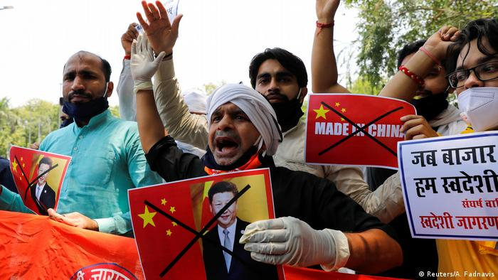 Aktivisten der Orgnisation Swadeshi Jagran Manch protestieren gegen China in New Delhi