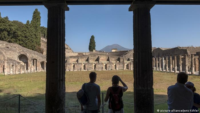 Visitors standing at the edge of the Forum in Pompeii (picture-alliance/Jens Köhler)
