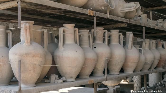 Barcos de Grecia, España, África del Norte y el Medio Oriente llegan al puerto fuera de las puertas de la ciudad, cargados con papiros, especias, frutos secas y cerámica.
