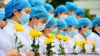 Foto de personal médico en tributo a personas fallecidas por coronavirus