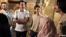 16.8.2018, Damskus, Syrien, This handout picture released on the Syrian Presidency Facebook page on August 16, 2018, shows President Bashar al-Assad (C-L) and his wife Asma meeting artists who are sculpting the walls of a tunnel, said to have been used by rebel fighters, in Jobar, on the outskirts of the capital Damascus. (Photo by Handout / Syrian Presidency Facebook page / AFP) / RESTRICTED TO EDITORIAL USE - MANDATORY CREDIT AFP PHOTO / Syrian Presidency Facebook page - NO MARKETING NO ADVERTISING CAMPAIGNS - DISTRIBUTED AS A SERVICE TO CLIENTS
