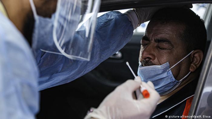 Foto de personal médico que hace examen de COVID-19