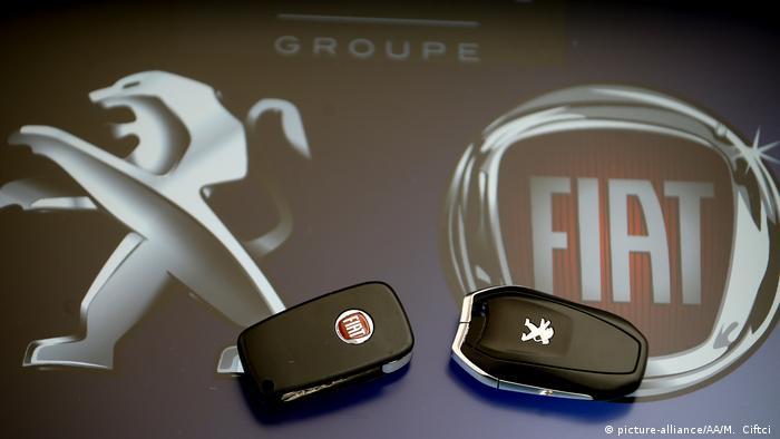 Logos und Autoschlüssel der Konzerne Fiat und PSA