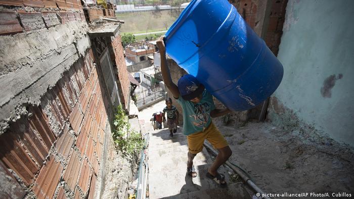 Venezuela Caracas  Wassermangel  Kind mit Behälter