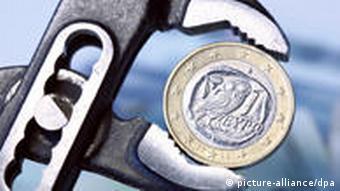 Symbolbild Euro Griechenland Finanzkrise Geld Euro-Münze Wasserpumpenzange
