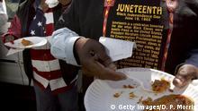 Cidadãos negros seguram plásticos plásticos com comida, trajando bandeira americana e texto sobre Dia da Independência Negra