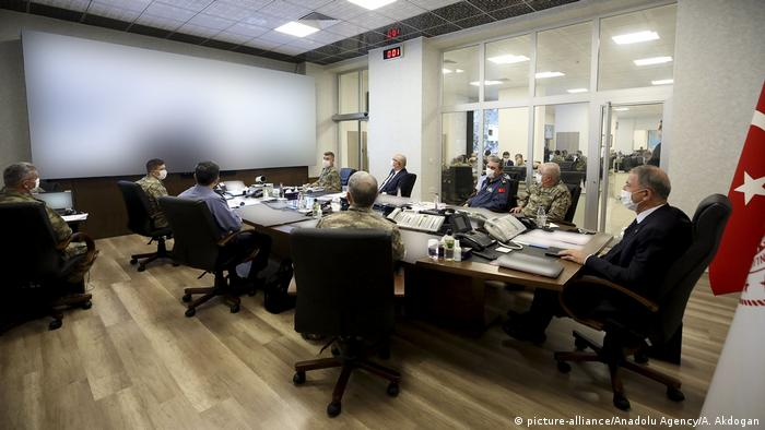Minister of National Defence of Turkey, Hulusi Akar (R) and the Turkish Armed Forces Command are managing and dispatching the Operation Claw-Tiger from the Army Command Control Center in Ankara, Turkey on June 17, 2020. (picture-alliance/Anadolu Agency/A. Akdogan)
