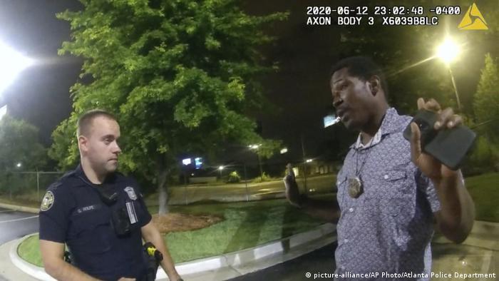Policial Garrett Rolfe interpela Rayshard Brooks, pouco antes de contronto que resultou na morte do homem negro