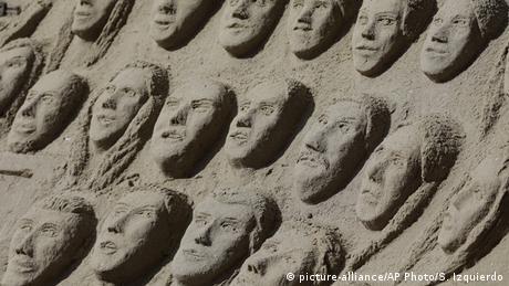 BdTD Coronavirus | Brasilien Rio Sandskulptur mit Gesichtern von COVID-19-Opfern am Strand der Copacabana (picture-alliance/AP Photo/S. Izquierdo)