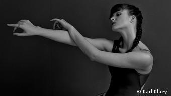 Ballett | Choreografin Tabitha Dombroski nimmt im schwarzen Trikot eine tänzerische Pose ein