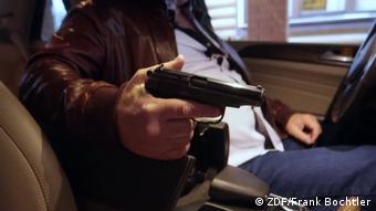 Человек в машине с пистолетом, кадр из фильма ZDF о русской мафии в Германии