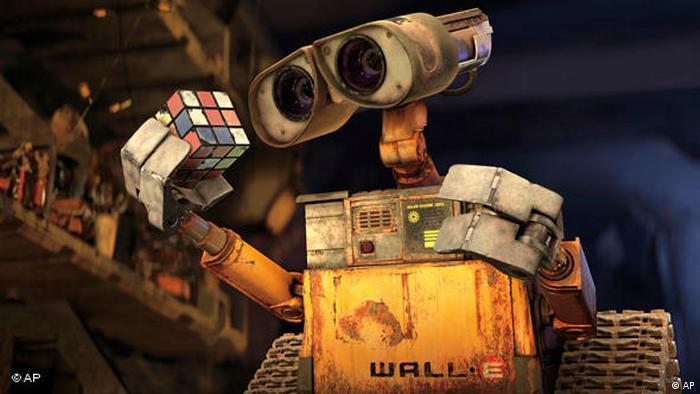 Der Roboter Wall-E räumt im gleichnamigen Animationsfilm Müll auf und bestaunt einen Zauberwürfel.