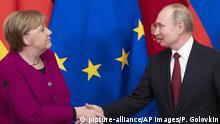 Russland | Deutschland | Handschlag Merkel und Putin