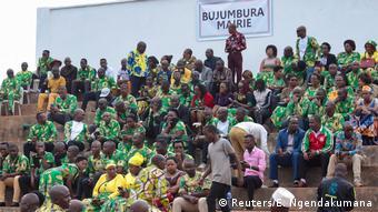 La distanciation sociale n'est pas toujours respectée, comme ici lors de l'entrée en fonction du nouveau président (Reuters/E. Ngendakumana)