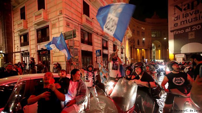 En esta foto de archivo, decenas de fans del equipo de fútbol Napoli celebran en las calles de Nápoles tras ganar la final de la Coppa Italia, el 17 de junio de 2020, en medio de la pandemia de coronavirus.