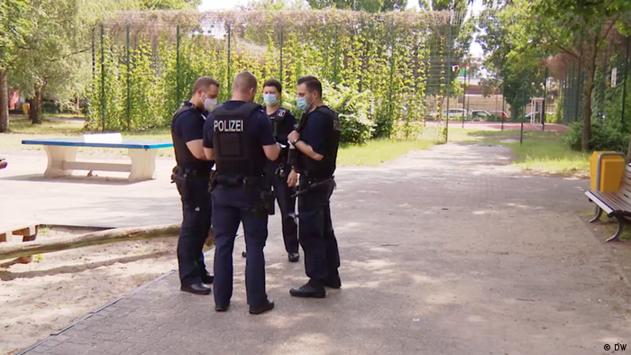 Berlin | Coronavirus in Neukölln: Polizei im Neuköllner Park (DW)