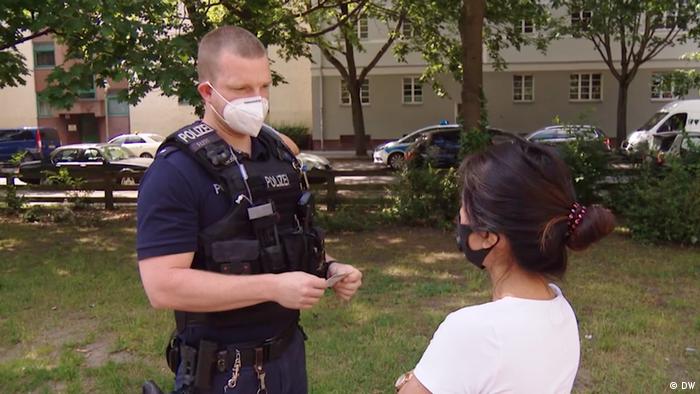 Politia verifica buletinul unei locuitoare a cladirii