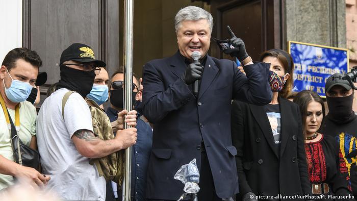 Петр Порошенко у входе в Печерский суд Киева
