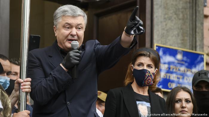 Петро Порошенко виступає перед своїими прибічниками перед входом до будівлі Печерського суду Києва (архівне фото)