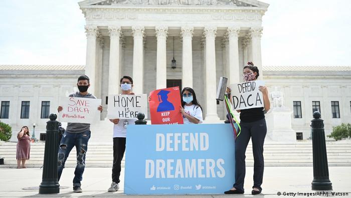 Демонстранты перед Верховным судом в Вашингтоне требуют возобновления программы DACA