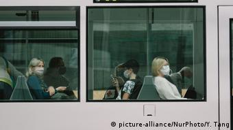 Пассажиры в масках в трамвае
