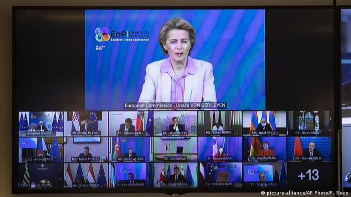 Глава Еврокомиссии Урсула фон дер Ляйен выступает на саммите ЕС в формате видеоконференции