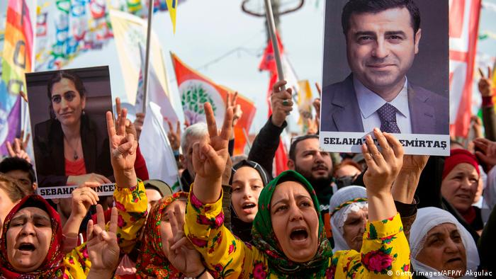 Сторонники прокурдской партии HDP на протесте против задержания экс-сопредседателей партии Селахаттина Демиртаса и Фиген Юксекдаг