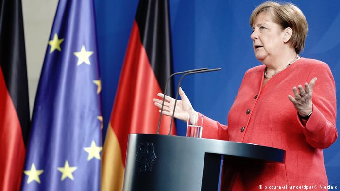 Deutschland | PK Merkel nach EU-Videogipfel (picture-alliance/dpa/K. Nietfeld)