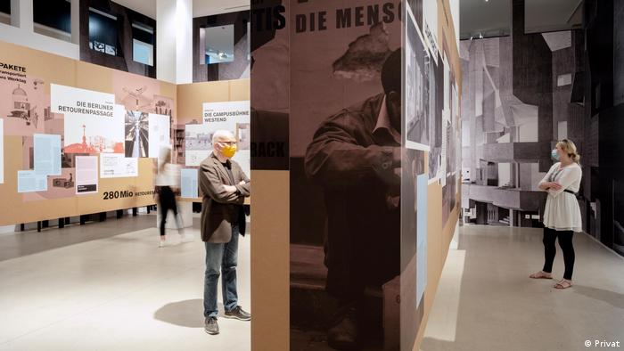People look at the exhibition 'My Home is my Parcel' at the DAM in Frankfurt (Privat)