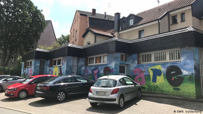 Tinta colorida cobre antigas pichações nazistas em Dorstfeld