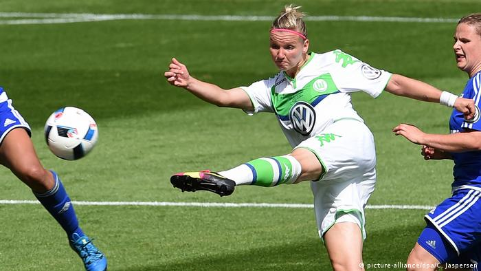 Alexandra Popp strikes a ball for Wolfsburg