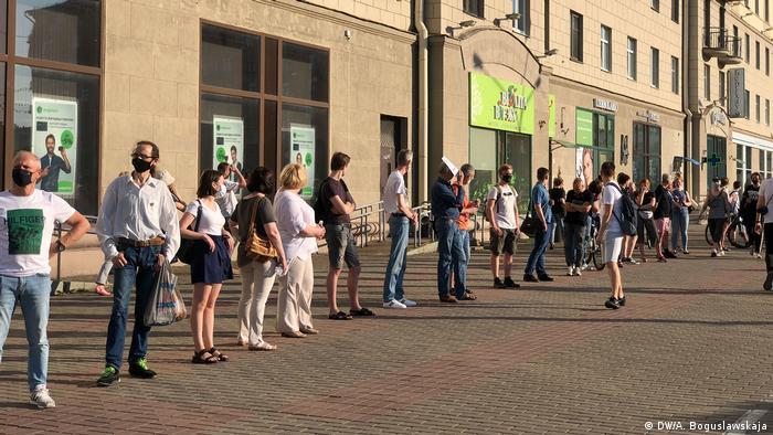 Акция протеста против задержаний альтернативных кандидатов в президенты Беларуси в Минске