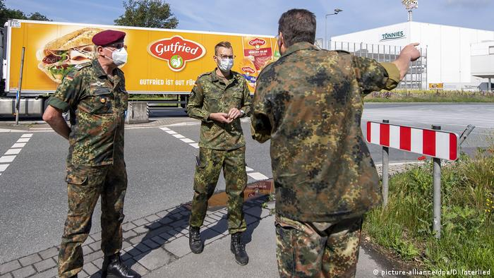 Soldados en Rheda-Wiedenbrück controlan las operaciones de inspección de la empresa Tönnies.
