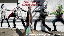 Coronavirus | Brasilien Wandgemälde mit Tauziehen zwischen Gesundheitspersonal Präsident Bolsonaro