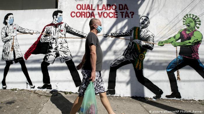 Coronavirus   Brasilien Wandgemälde mit Tauziehen zwischen Gesundheitspersonal Präsident Bolsonaro