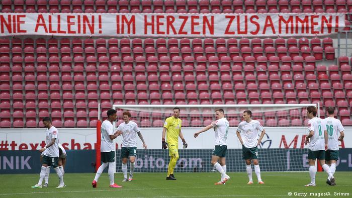 Foto pemain dilapangan dan kursi stadion yang kosong di Mainz, Juni 2020