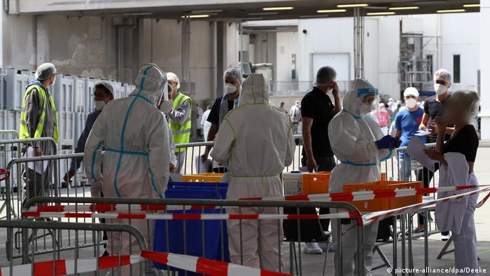 Funcionários com vestes protetoras em dependências de frigorífico