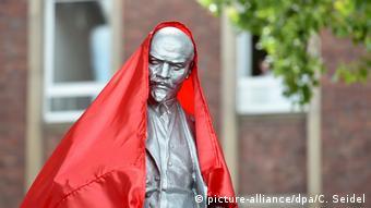 Скульптура Ленина под красным чехлом