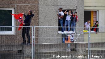 Жители находящегося под карантином жилого комплекса в Гёттингене
