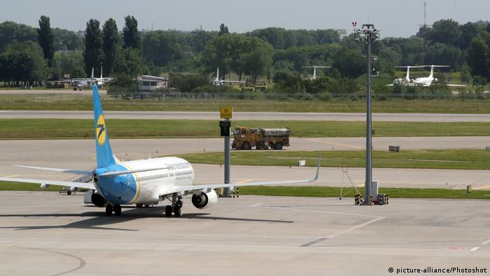 Самолет и другая техника в киевском аэропорту Борисполь