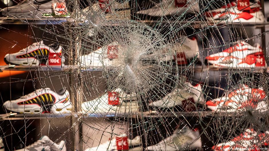 Сотни хулиганов устроили беспорядки в центре Штутгарта | DW | 21.06.2020