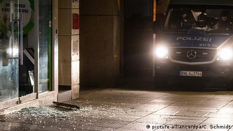 Unos 500 jóvenes tomaron muy mal que la policía hiciera un control por un caso de estupefacientes. Se dirigieron al centro de la ciudad, arrojaron piedras y botellas a la policía, vandalizaron vehículos, y saquearon tiendas en lo que parecían escenas de una guerra civil, según un político local. Más de 10 policías resultaron heridos y unas 20 personas fueron detenidas (21.06.2020).
